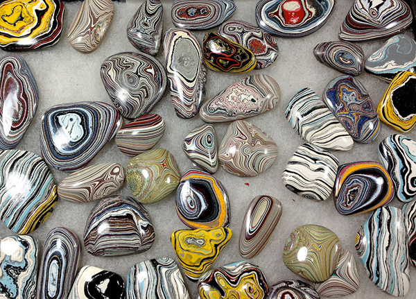 15 Attractive Stones Were Accidentally Created From Layers of Car Paint