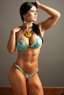 modelo fitness femenina posando en bikini