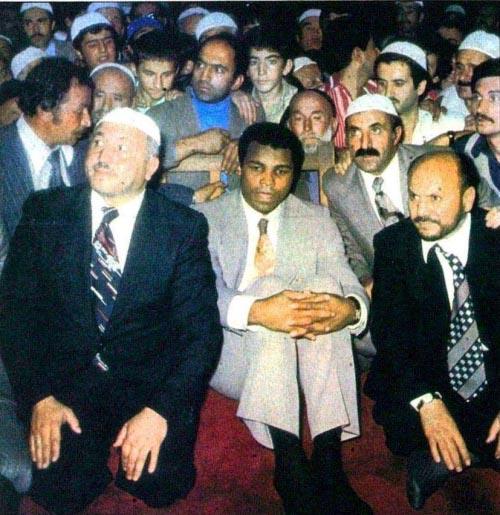 Muhammed Ali Türkiye' de, Necmeddin Erbakan Hoca ile 1976 yılında Sultanahmet Camiinde Namaz da
