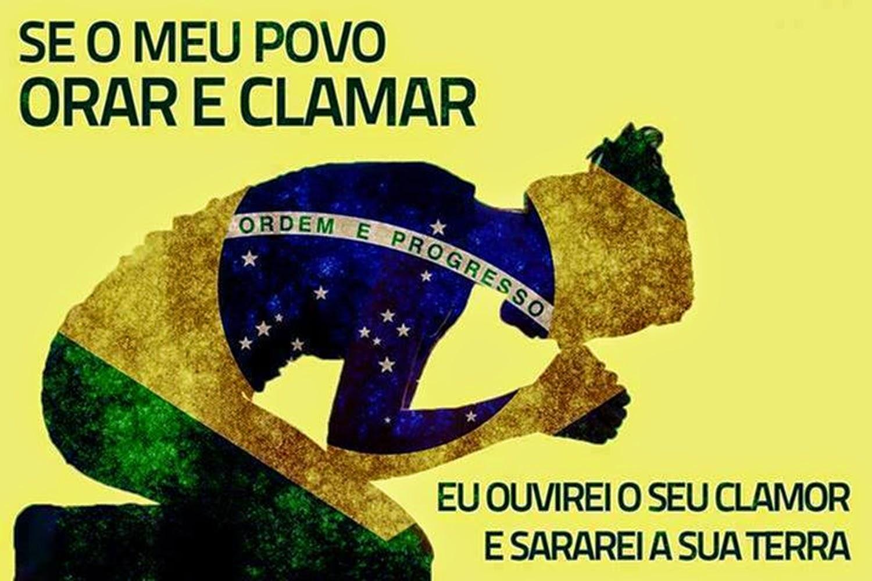 """Um outono sombrio para o Brasil. João Cruzué. Ilustração: mulher jovem ora de joelhos, silhueta com a bandeira nacional do Brasil estilizada. """"Se o meu povo, que pertence somente a mim, se arrepender, abandonar os seus pecados e orar a mim, eu os ouvirei do céu, perdoarei os seus pecados e farei o país progredir de novo"""" - 2 Crônicas 7.14 (NTLH).."""