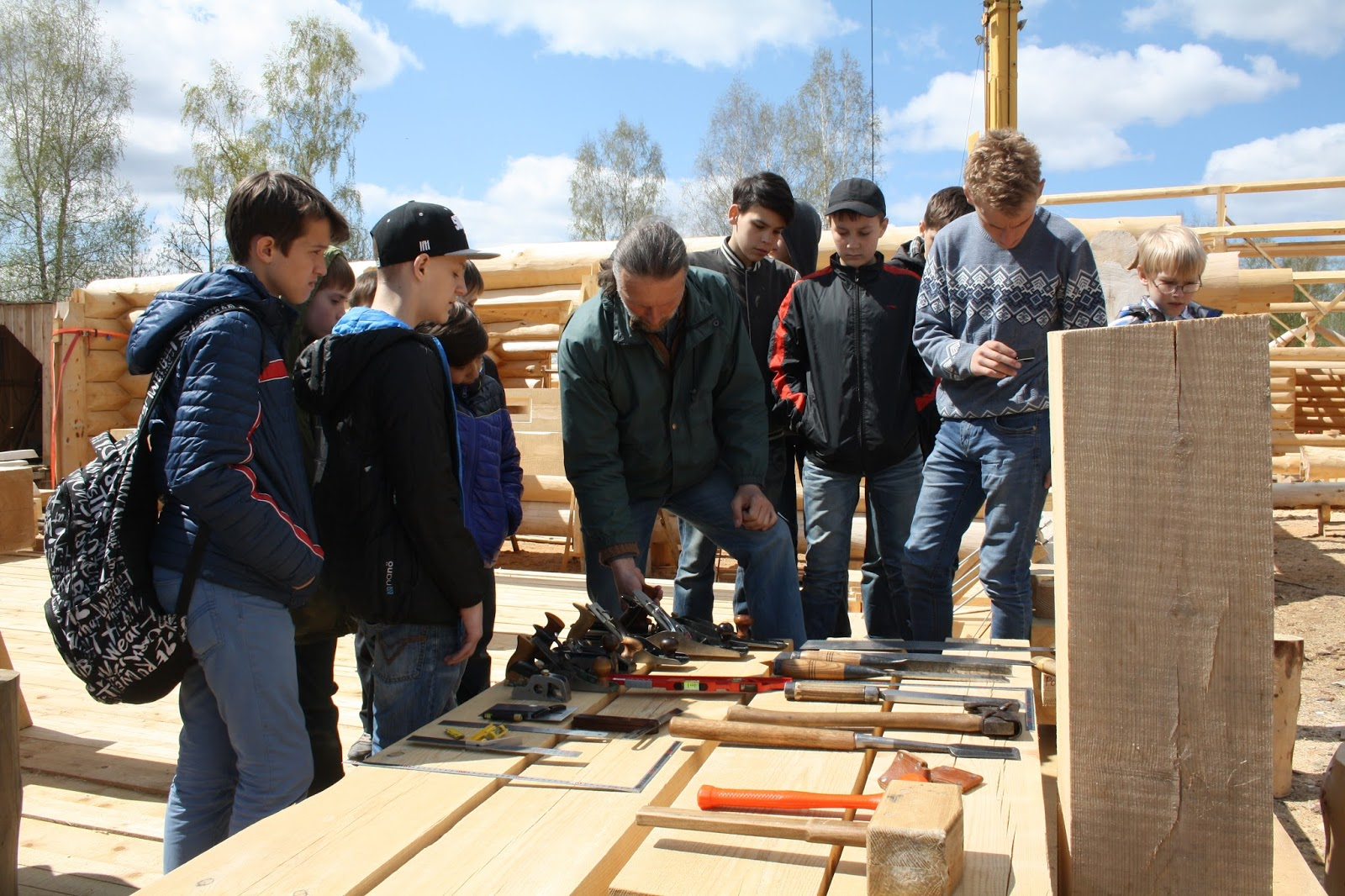 Ребята осматривают плотницкий и столярный инструментариий