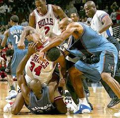 smešna slika: košarkaši se bore