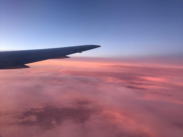 Coucher au dessus des nuages dans l'avion