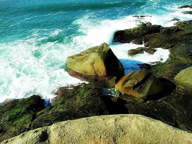 Ondas arrebentando na Ponta do Papagaio, em Palhoça