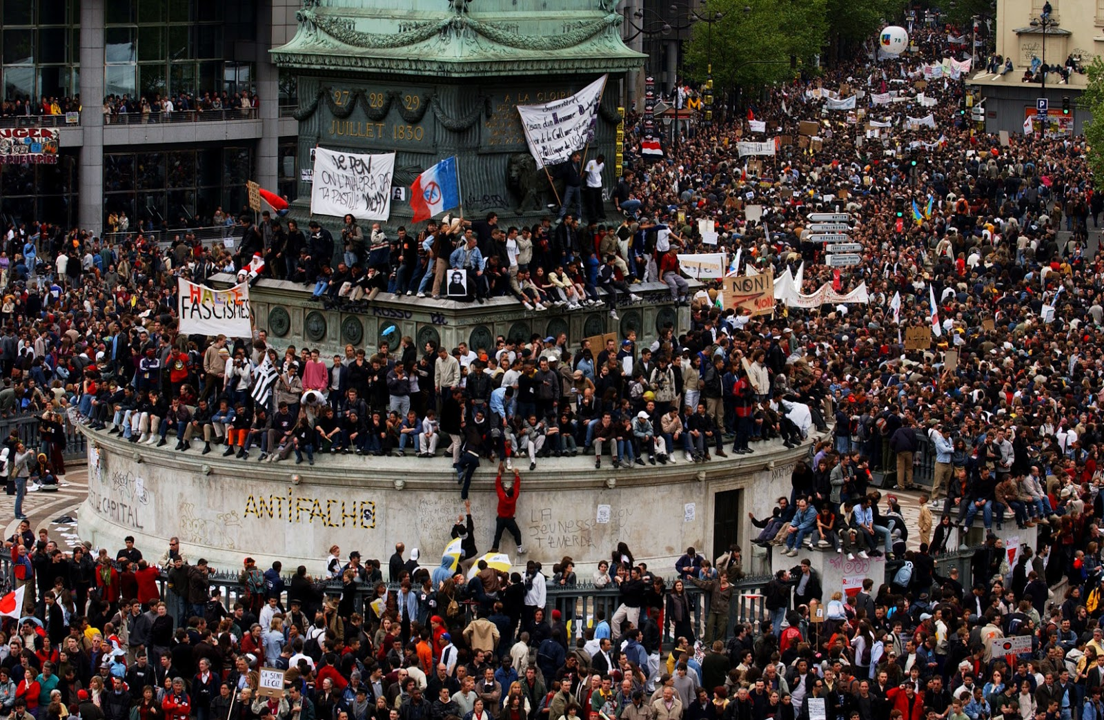 ERIC FEFERBERG - Source: AFP - Manifestation le 1er mai 2002 à Paris