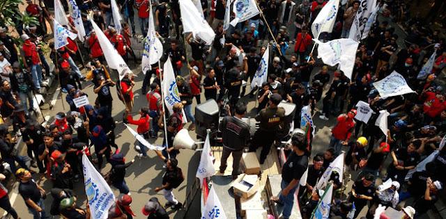 Hendak Ke Istana, Massa Buruh Dihadang Di Patung Kuda - BeritaIslam24 = OpiniBangsa
