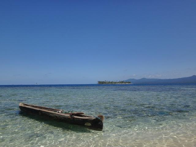 Cayuco en las playas de Guna Yala