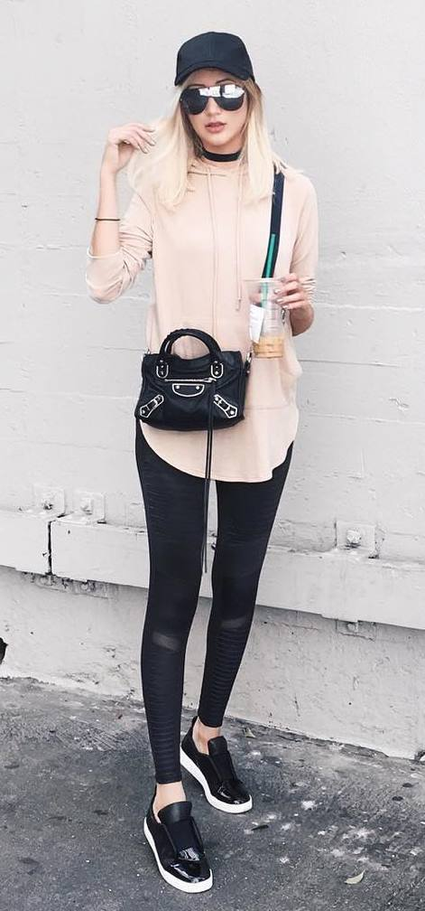 black and blush casual outfit: peaker cap + bag + sweatshirt + skinnies + sneakers