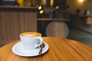 La importancia de utilizar detalles concretos al describir una cafetería