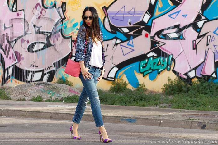 Combinar tacones con jeans rotos desgastados