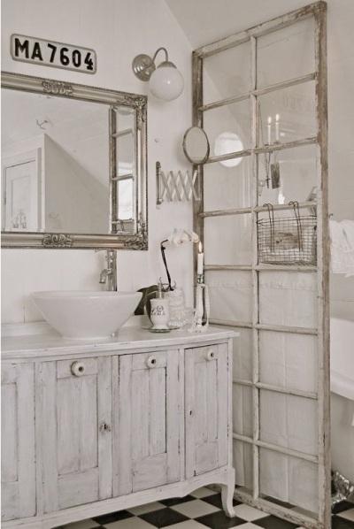 memanfaatkan pintu bekas dan jendela bekas khusus sebagai room divider.