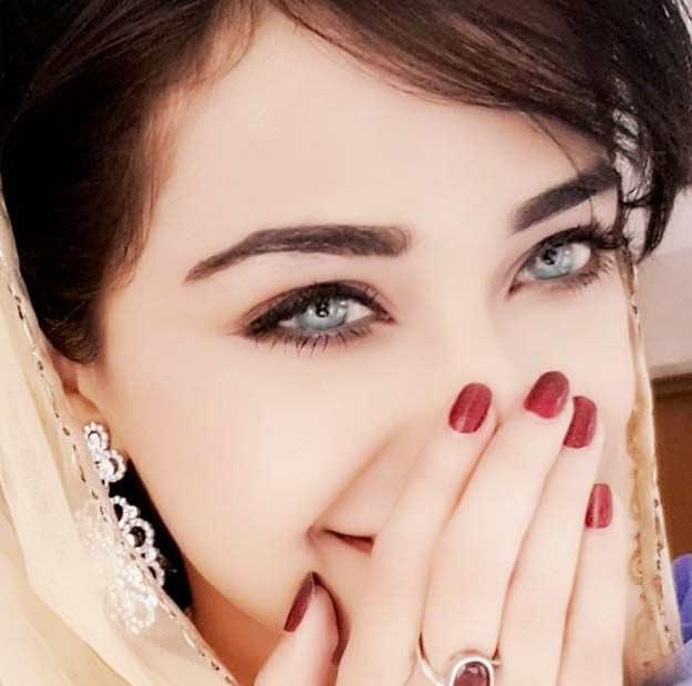 girl smiling dp for whatsapp