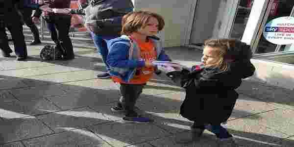 حتى الاطفال يكملون السلسلة البشرية