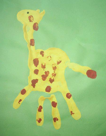 Idea to draw giraffe using handprint for kids
