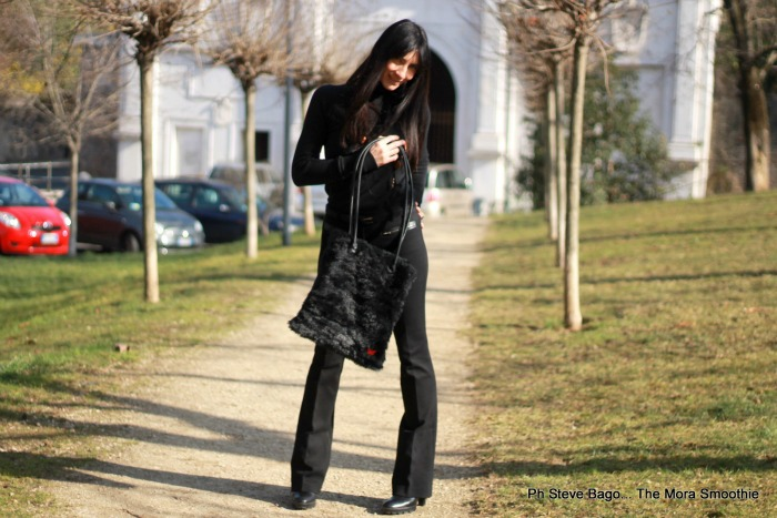 fashion, fashionblog, fashionblogger, italianfashionblogger, fax fur white bag, fur bag, borsa pelliccia, nessie and roses, peperosa, newyorkindustrie, outfit, look, ootd, trousers, bag, paola buonacara, themorasmoothie, shoes, influencer, blogger, fashion blogger italiana, bag