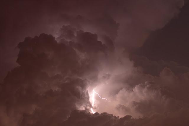 błyskawica w chmurze