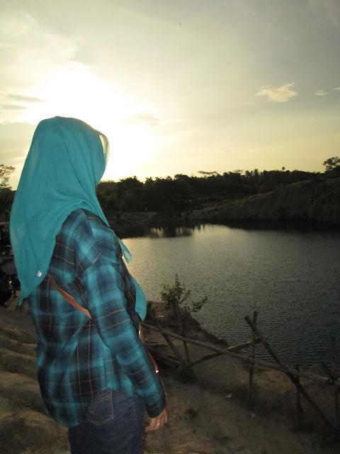 Edisi selfie dipinggir danau biru Cisoka