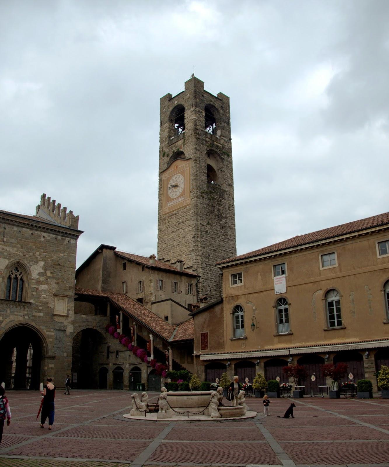 zabytkowa wieża Bergamo stare miasto