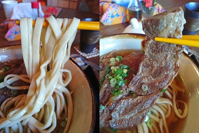 軟骨そばの麺と軟骨ソーキの写真