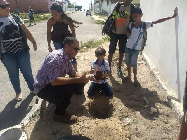 Em Delmiro Gouveia, mudas de árvores e placas educativas, são colocadas em locais de depósito irregular de lixo