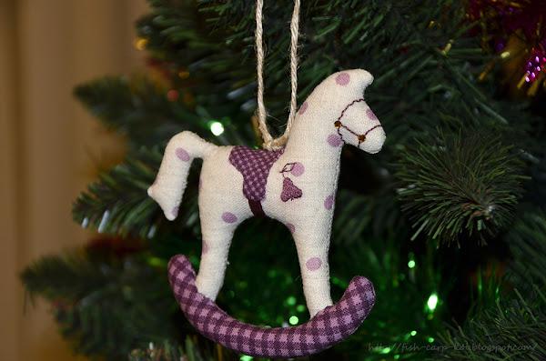Конь в яблоках - лошадка-качалка, ёлочное украшение, сшитое на машинке. Мягкое ёлочное украшение / игрушка