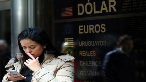 Sube el dólar y el riesgo país en Argentina a niveles inéditos