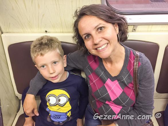oğlumla metroda seyahat ederken, Moskova