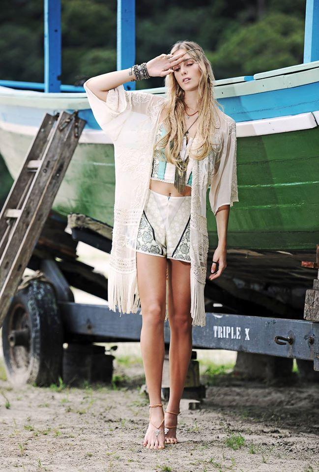 A coleção de verão da loja República está repleta de estampas, franjas,  maxi dress, macacões, batas, peças com recortes, tendências do estilo boho  e hippie ... caf12c392f