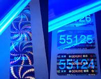 Fluoreszierende Nummierung auf Hologrammaufklebern