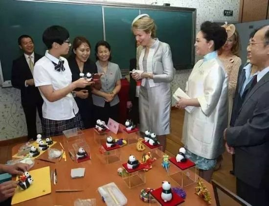 Queen Mathilde And Peng Liyuan Visit The Qiyin Experimental Primary School