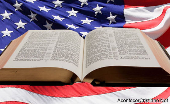 La Biblia sobre bandera de Estados Unidos