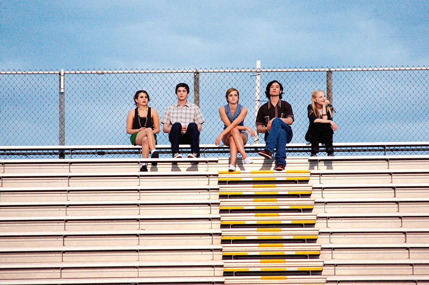 Le groupe d'amis du film sur les gradins du stade du lycée