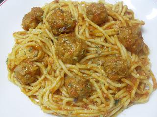 Plato con los espaguetis y las albóndigas con su sofrito, queso rallado y orégano