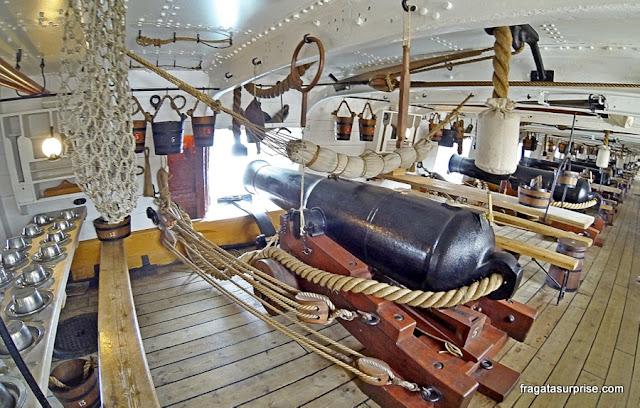 Bateria de canhões do navio HMS Warrior, nos Estaleiros Históricos de Portsmouth, Inglaterra