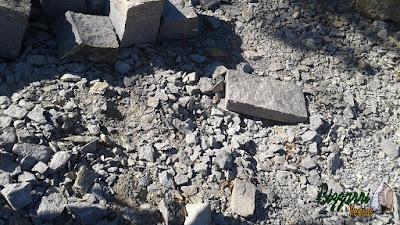 Bizzarri nas pedreiras de Minas Gerais procurando tipos de pedras de cores diferentes, pedra folheta bruta e pedra paralelepípedo para fazer as paredes de pedra, revestimento com pedras, calçamento com pedras e muros de pedra.