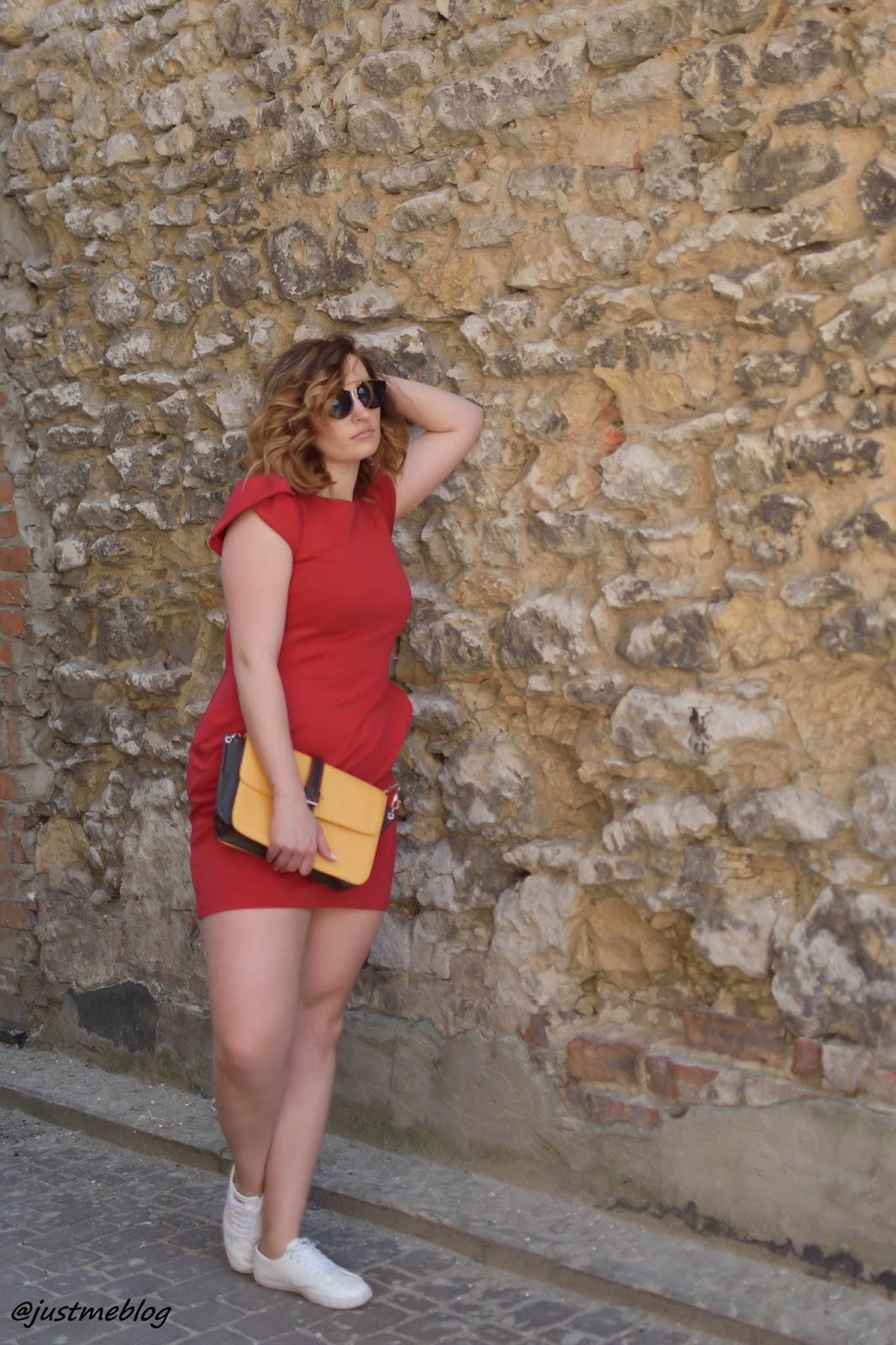 Czerwona sukienka z bufkami, buty Lacoste marcel, torebka Cropp