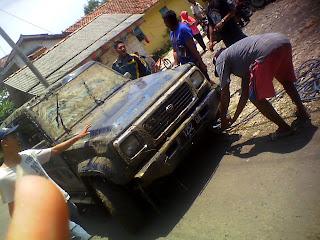 Sebuah Jeep Terguling Di Pesawahan Dusun Tarisi