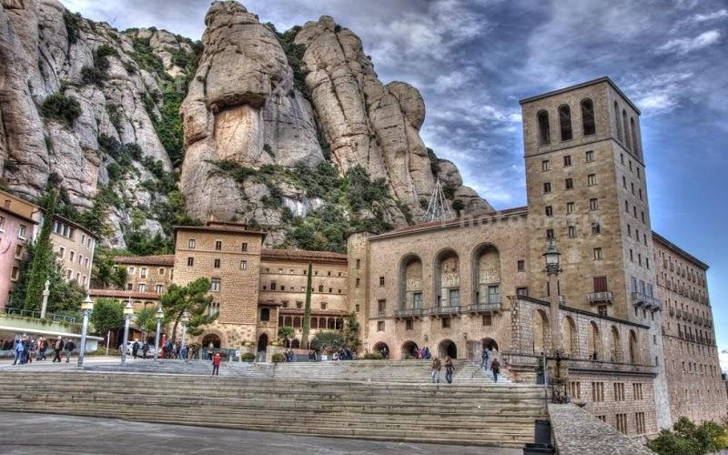 Montserrat es un macizo rocoso considerado tradicionalmente la montaña más importante y significativa de Cataluña (España). Está situada a 50 km al noroeste de Barcelona entre las comarcas de la Anoia, del Bajo Llobregat y del Bages.