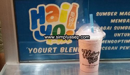 HAIYO YOGURT : Inilah segelas Haiyo Yogurt saya coba di Gerainya depan Toko ASIU jalan Gajah Mada Pontianak. Per cupnya hanya 10K. Murah kan. Foto Asep Haryono