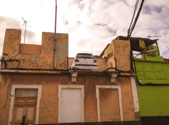 Un coche aparcado en una azotea de Las Palmas de Gran Canaria