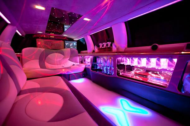 Excalibur Limousine mieten. Bar in der Limousine mit Sekt, Lichtershow.
