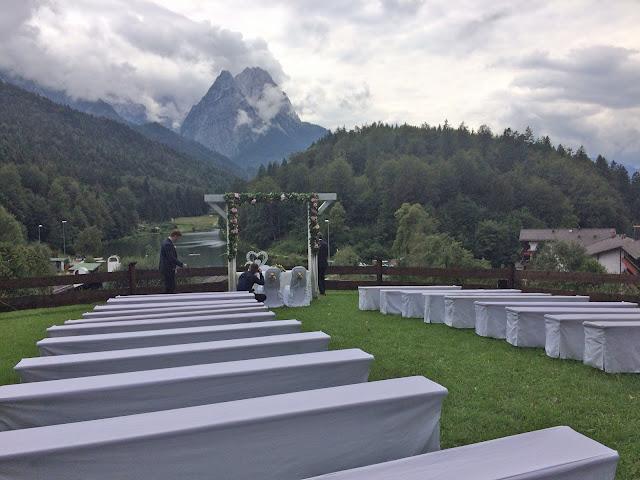 Hochzeit auf der Wiese - Rosamunde Pilcher inspirierte Sommerhochzeit in Pfirsich, Apricot, Pastelltöne - Heiraten in Garmisch-Partenkirchen, Bayern, Riessersee Hotel, Seehaus am Riessersee - Hochzeit am See in den Bergen - Peach and Pastell wedding