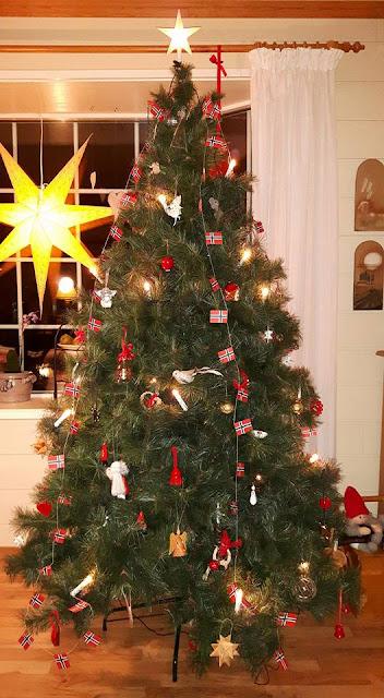 be3a263f6a Karácsonyfa kis norvég zászlókkal - tack vare Marte azaz a kép Martének  köszönhető