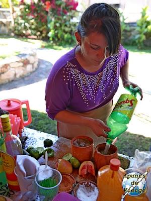 Preparando un jarrito de tequila