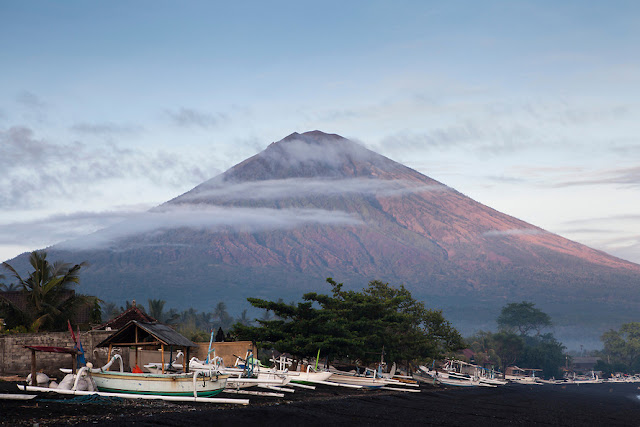 Mount Agung volcano on Bali is averaging nearly 1,000 earthquakes per day  Mt-agung-bali-indonesia-9120