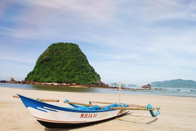 Pesona Pantai Pulau Merah, Destinasi Wisata Wajib di Banyuwangi!