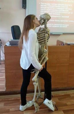 Lustige Frauen Bilder Kuss bei Präsentation