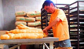 """Rodríguez detalló que el kilo de pan ahora paso a costar entre $25 y $32, la docena de facturas de $40 ascendió a $60, las semitas también tuvieron su suba y ahora cuestan 2 pesos, mientras que las pastas también sufrieron una suba fuerte y fue de los productos donde más impactó el incremento. """"Si realmente se tuviese que subir lo que corresponde, el aumento hubiese sido bastante mayor al 25%"""". Estos precios ya están rigiendo en San Juan desde esta semana."""