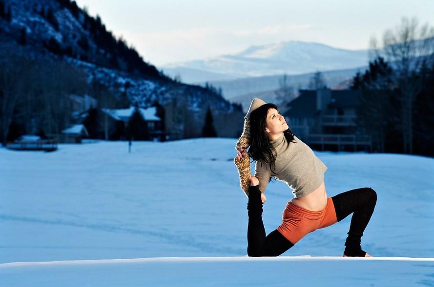 Selangkangan dan paha wanita dalam yoga