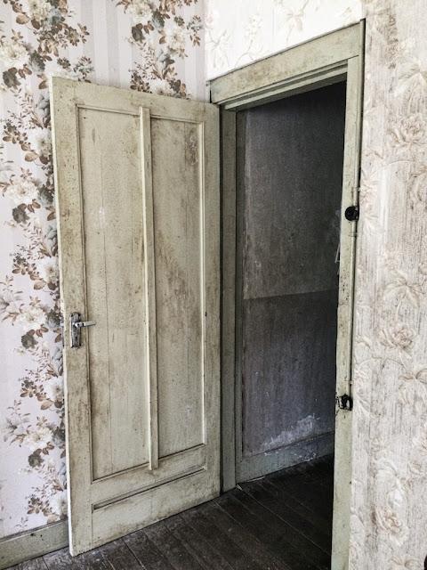 pintu kamar ibu di rumah pengabdi setan
